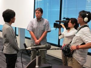 3 JAASでは、4回目となるTBSの取材を受けた。フォーラム会場で撮影クルーの取材を受ける久保医師