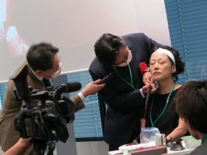 4 フォーラム会場隣りに設けられた学術展示会場だが、2日間、6社の講演、デモ実演が本会場で行われた(写真は初日に実施されたヒアルロン酸自動注入器の実演。山本医師が試し打ちに協力した)