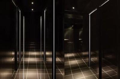 プライバシー保護のため待合室は黒を基調としている